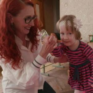 Bridget, concebida por vientre de alquiler, junto con Marina Boyko
