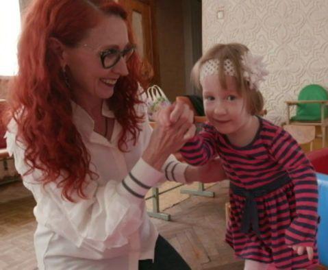 Vientres de Alquiler y Niños Descartados. Bridget, concebida por vientre de alquiler, junto con Marina Boyko