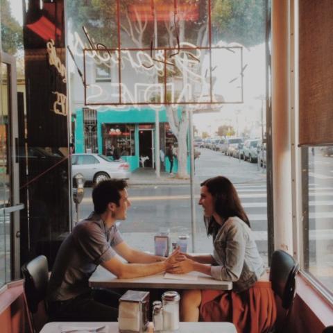 Chico y chica en un Cafe