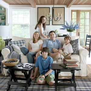 Familia en la sala de su casa
