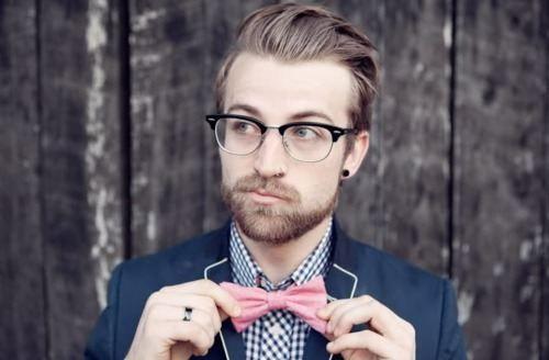 Inofensivo hipster con lacito rosa