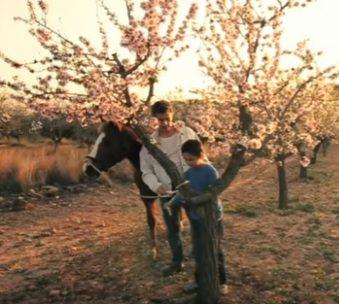 Ruben atando a un caballo